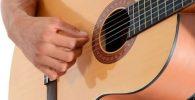 tocando la guitarra flamenca